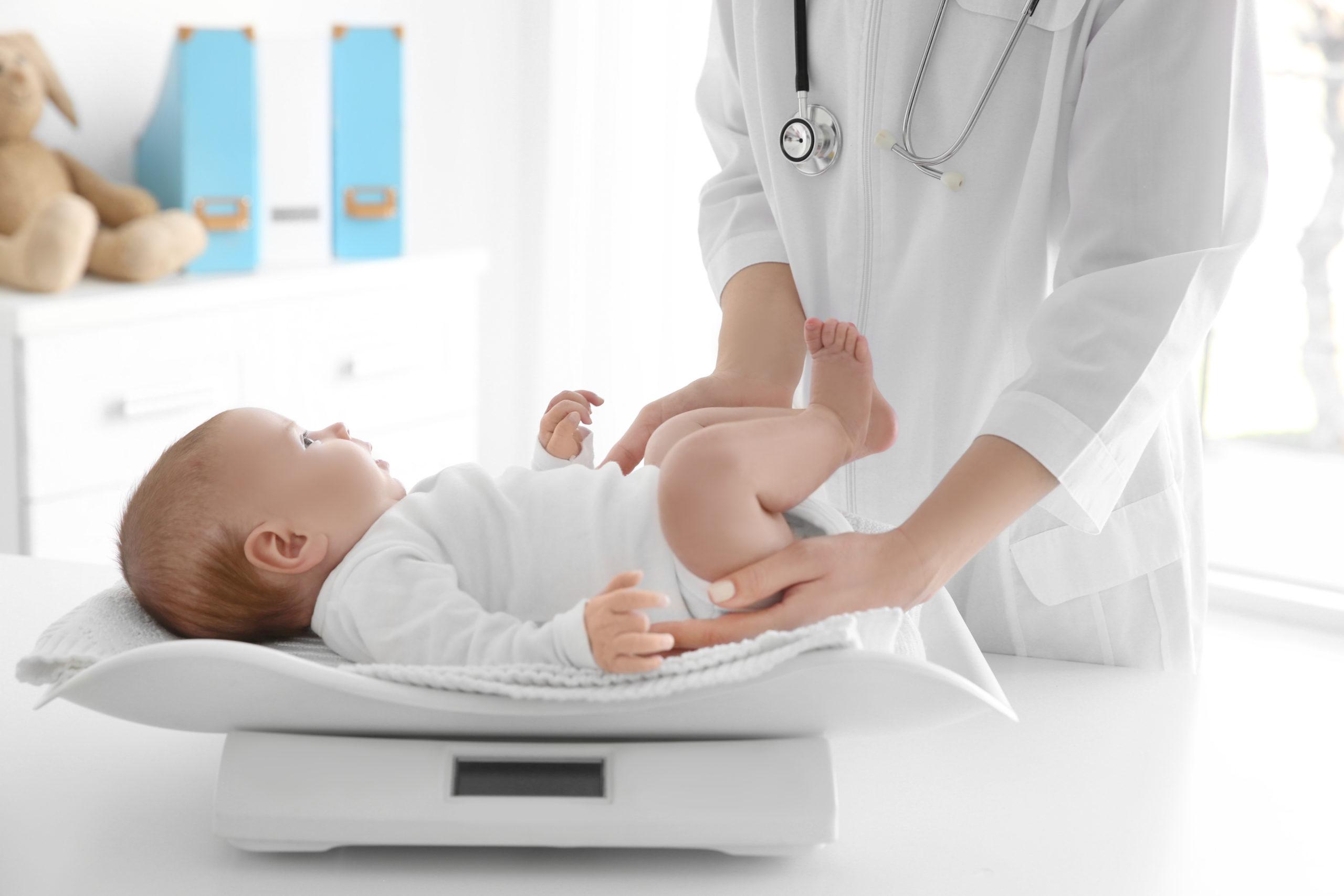 Bébé perd du poids à la naissance : à quoi est-ce lié ?