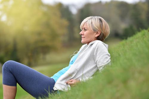 50 ans essayant de perdre du poids brûler les graisses dans un rameur